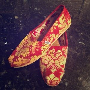 EUC TOMS Classics in Red & Yellow Floral  Size 8.5